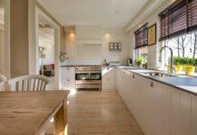 kuchnia z drewnianym blatem